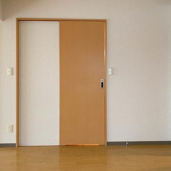 【DK】こちらの扉は脱衣所へ※写真は1階の同間取り別部屋のものです