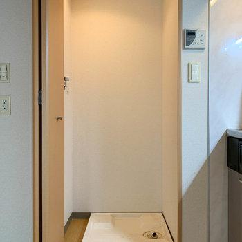 【DK】キッチン横の扉の中に洗濯機置き場です。※写真は1階の同間取り別部屋のものです