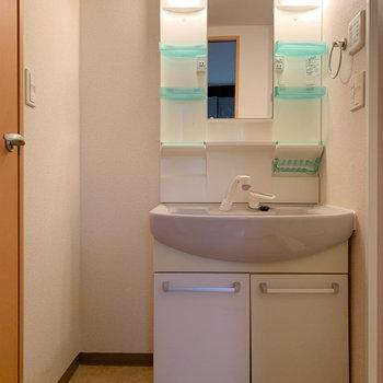 脱衣所から右がお風呂。左がトイレ。※写真は1階の同間取り別部屋のものです