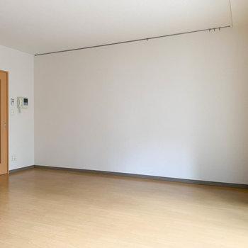 【洋室】シンプルな壁。家具が起きやすい。※写真は1階の同間取り別部屋のものです