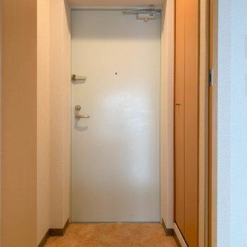 玄関部分もゆったりめ。※写真は1階の同間取り別部屋のものです
