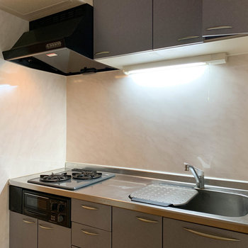 【DK】作業スペースもゆったりの二口ガス。※写真は1階の同間取り別部屋のものです