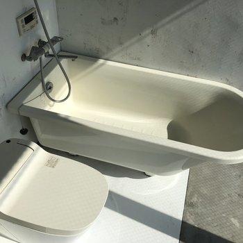 トイレ、バスタブ、洗面台がコンパクトにまとまっています。※写真はクリーニング前のものです