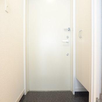 真っ白がまぶしいシューズボックス。※写真は3階の同間取り別部屋のものです