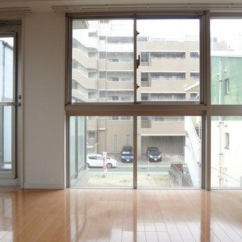 大きな窓がスタイリッシュ。明るい光が注ぎます。※写真は3階の同間取り別部屋のものです