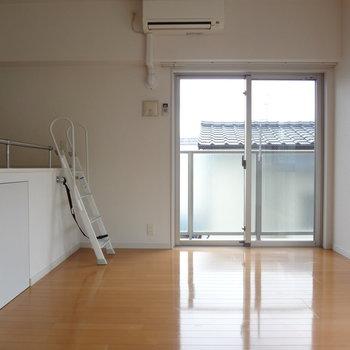 窓が多いので陽当りもいいんです。※写真は3階の同間取り別部屋のものです