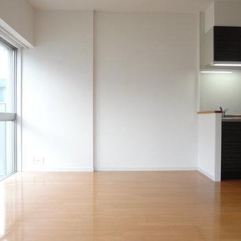キッチン横にもゆとりがあるので、家具も楽々置けます。(※写真は3階の同間取り別部屋のものです)