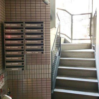 共用部】エントランスは2階部分にあります。