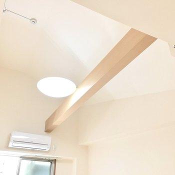 天井が高くて開放的◎梁に照明がついてます。