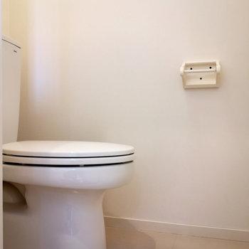 お手洗い。上部に棚がありましたよ。