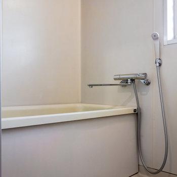 嬉しい窓付きの浴室。