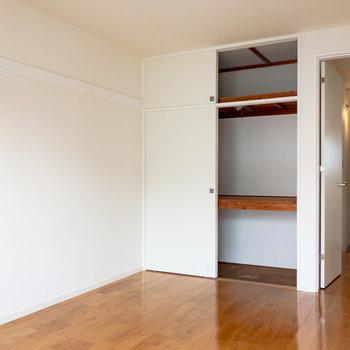 【洋室】押し入れがあるから敷布団もありかも。