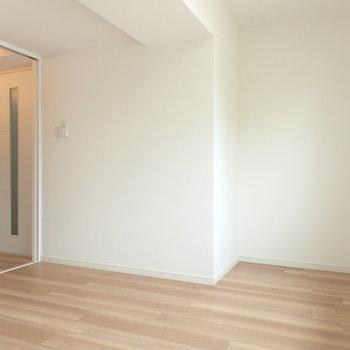 右側のくぼみは幅110センチ。シングルベッドがすっぽり
