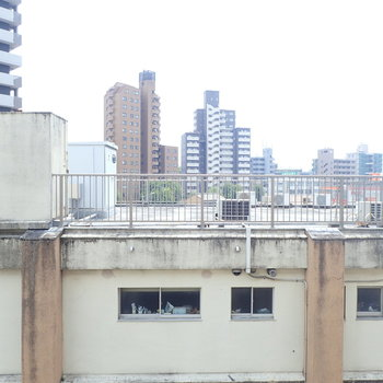 眺望は開けてるけど…お隣さんの屋上こんにちは