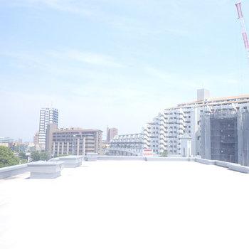 リビングにあるもう一つの窓からの景色は屋上!反射板の役割もしてくれてお部屋の明るさ倍増