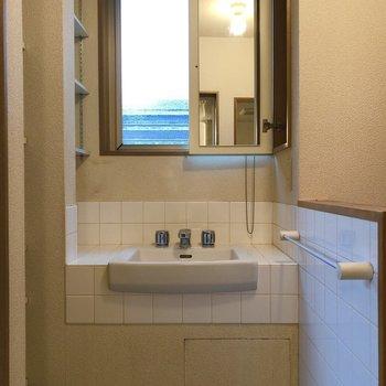 洗面台の鏡は使うときだけ出せます。(※写真は清掃前のものです)