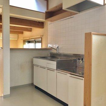 キッチンはお部屋が見渡せるように!(※写真は清掃前のものです)