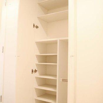 玄関を上がるとこの収納棚。※写真は前回募集時のものです