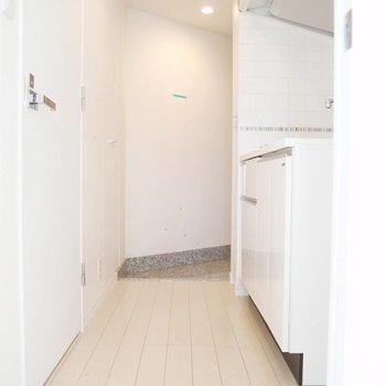 お部屋から玄関へ伸びる廊下。※写真は前回募集時のものです
