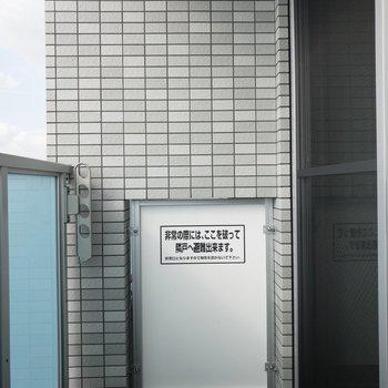 ベランダもゆったり感×清潔感。※写真は8階の反転間取り別部屋のものです