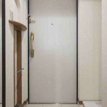 左手に見えるのは傘立てです。※写真は8階の反転間取り別部屋のものです