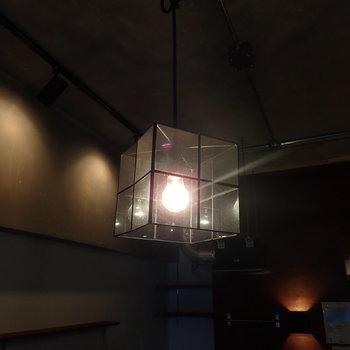 照明もバーっぽい雰囲気。