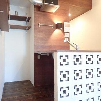 キッチン下の空間にはちょうどいいサイズの収納カートを。