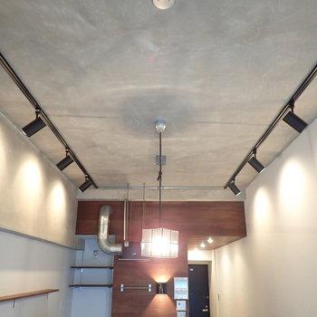 天井は打ちっ放しでカッコいい雰囲気。