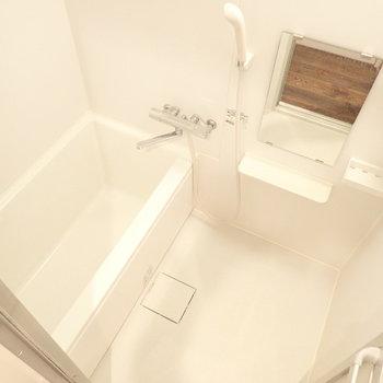 シンプルな浴室、清潔感があります。