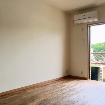 窓の横にテレビ線、家具は壁付けでスッキリ見せちゃいましょう。