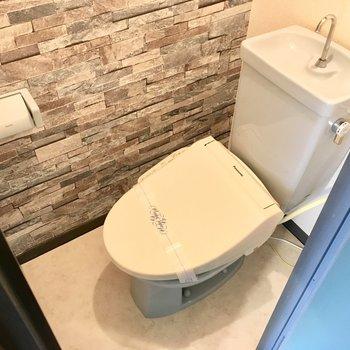トイレはけっこうコンパクト。だけどウォシュレット付き!