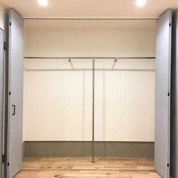 服を目一杯入れて扉をひらけば、きっと壮観です。