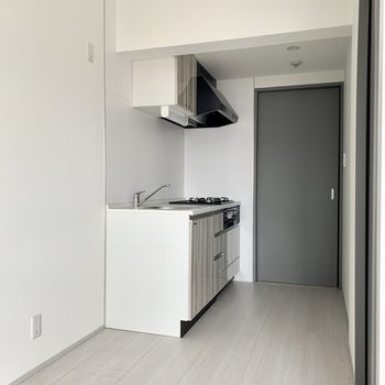 木目調のデザインのキッチン。※写真は通電・クリーニング前のものです
