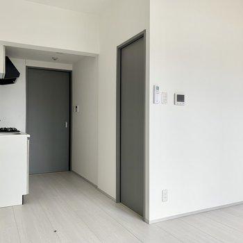 扉はグレーで統一を。※写真は通電・クリーニング前のものです