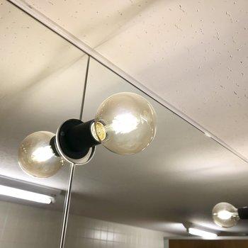 【トイレ】上を見上げるとお洒落なランプ。カフェみたい◎