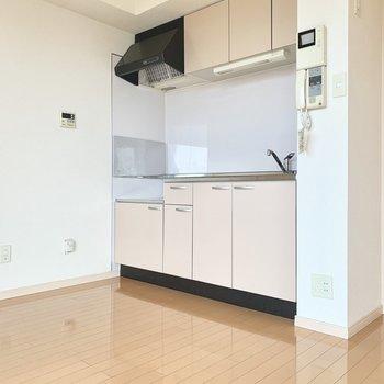 キッチンも白いので清潔感あります◎