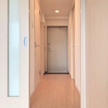 廊下側に寝室と水回り。