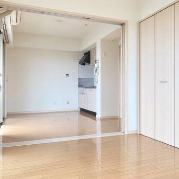 白っぽい内装は木目がはっきりした家具が似合いそう〜