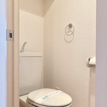 トイレは棚付き。ウォシュレットは後付けできますね。