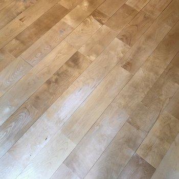 居室のフロアは肌触りの良いバーチの無垢床です。