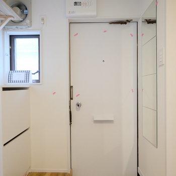 玄関まわりに設備が充実!※写真は似た間取りの別部屋のものです