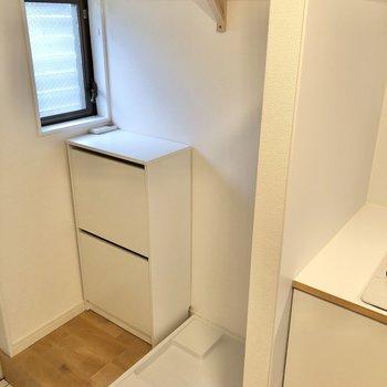 玄関横に洗濯機置き場とシューズボックスがあります。