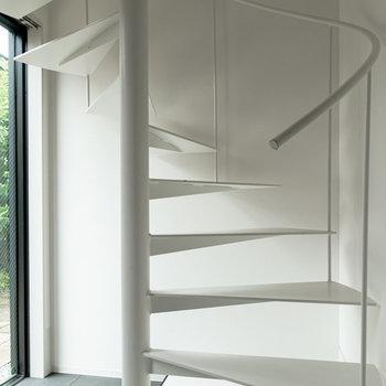 【1F】ドアを開けたらすぐに螺旋階段。※写真は通電前のものです