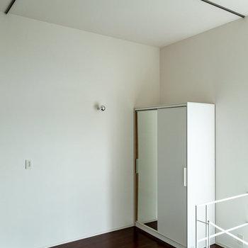 【3F】カーテンで区切れば着替えスペースに早変わり。※写真は通電前のものです