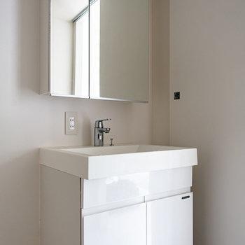 【1F】大きな鏡が嬉しい洗面台。洗濯機は左隣に。※写真は通電前のものです