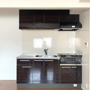 キッチン!戸で隠すタイプのやつか〜もちろん横には冷蔵庫も置けます(※写真のお部屋は清掃前のものです)