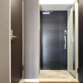 ブラック玄関かっこいい。ちょうどいい広さかな(※写真のお部屋は清掃前のものです)