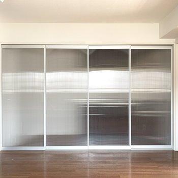 おや、この半透明な戸の向こう側は何だ、、?(※写真のお部屋は清掃前のものです)