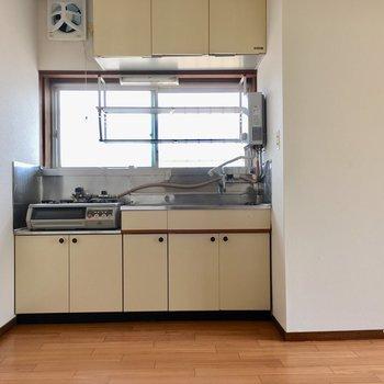 冷蔵庫の位置は迷うなぁ。キッチンの右横かな?