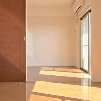 東向きだから朝日がたっぷり差し込みます。※写真は10階の同間取り別部屋のものです